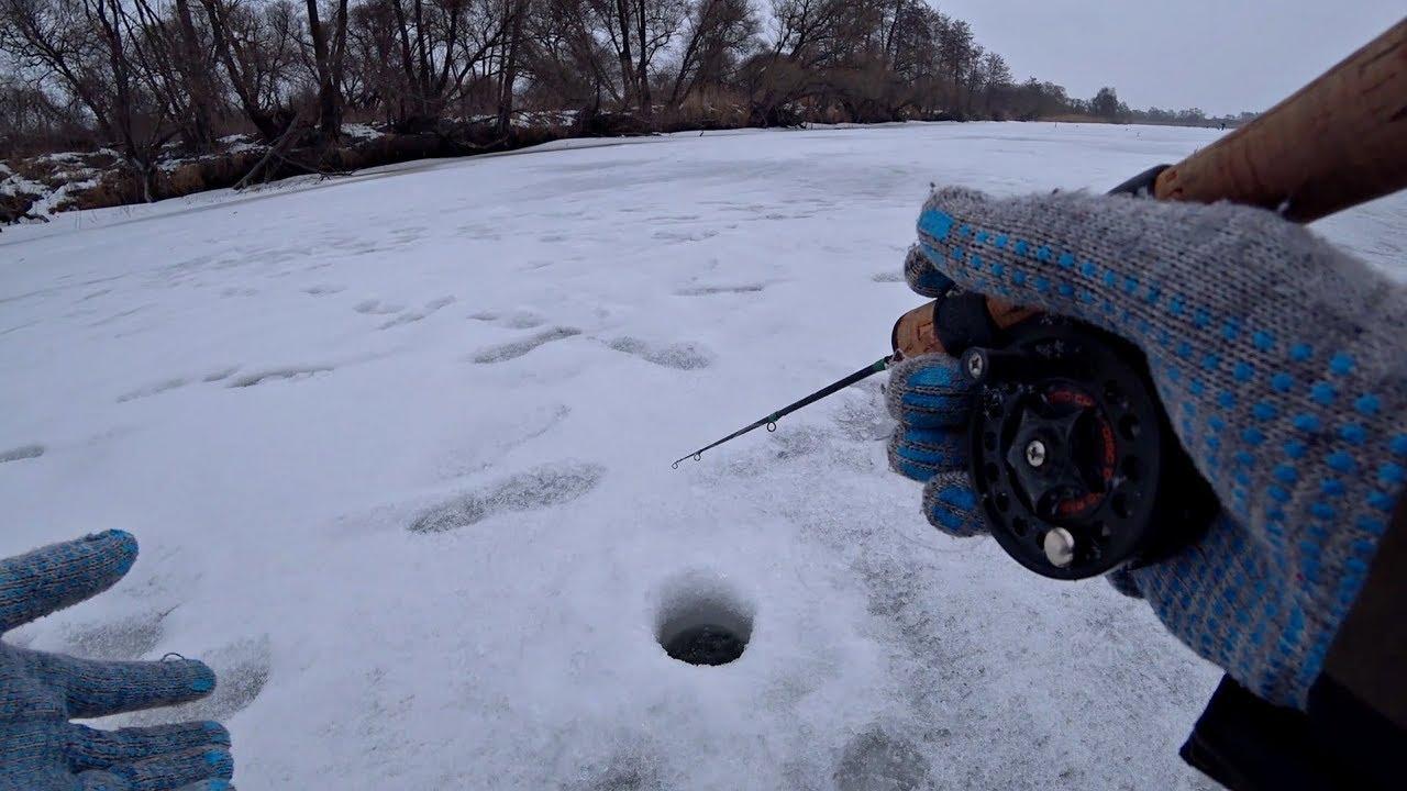 Только опустил балансир и она схватила! 100+ лунок ради поклевки. Рыбалка на жерлицы и балансир.